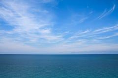 Wolken, blauwe hemel, kalme overzees En horizon Stock Foto's