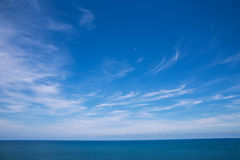 Wolken, blauwe hemel, kalme overzees En horizon Royalty-vrije Stock Fotografie