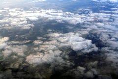 Wolken boven aarde stock foto's