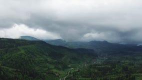Wolken boven bergbovenkanten Mistige regenwoudvlucht over van wildernis stock video