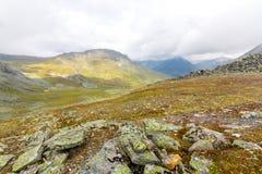 Wolken boven de bergen, de bovenkanten en de vallei Royalty-vrije Stock Afbeeldingen