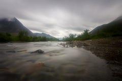 Wolken boven de bergen en de rivier Lange Blootstelling Royalty-vrije Stock Fotografie