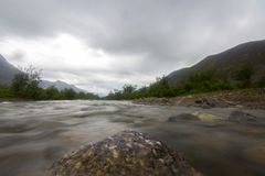 Wolken boven de bergen en de rivier Lange Blootstelling Royalty-vrije Stock Foto's