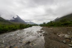 Wolken boven de bergen en de rivier Lange Blootstelling Stock Fotografie