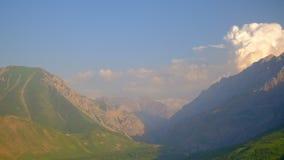 Wolken boven de bergen en de vallei stock footage
