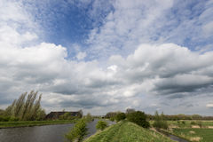 Wolken boven de rivier Stock Foto's