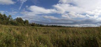 Wolken boven gebied Royalty-vrije Stock Afbeeldingen