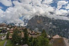 Wolken boven het bergdorp Stock Foto's