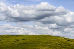 Wolken boven heuvels Stock Foto's