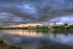Wolken boven Pskov het Kremlin Stock Foto