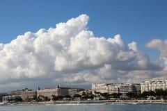 Wolken in Cannes. Beroemde baai van Cannes in Frankrijk Royalty-vrije Stock Fotografie