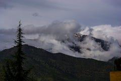Wolken in de bergen stock fotografie