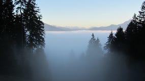 Wolken in de bergen alpen Stock Fotografie