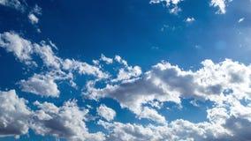 Wolken in de blauwe hemel stock videobeelden