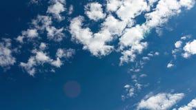 Wolken in de blauwe hemel stock video