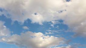 Wolken in de blauwe hemel stock footage