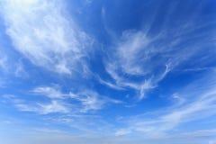 Wolken in de blauwe hemel royalty-vrije stock fotografie