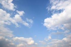 Wolken in de blauwe hemel. Royalty-vrije Stock Afbeeldingen