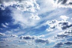 Wolken in de blauwe hemel Stock Foto's