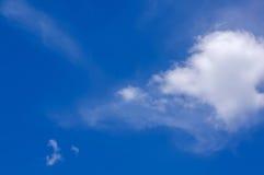 Wolken in de blauwe hemel Stock Afbeeldingen
