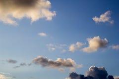 Wolken in de blauwe hemel Stock Foto
