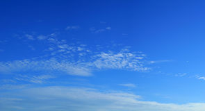 Wolken in de blauwe hemel Royalty-vrije Stock Foto