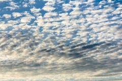 Wolken in de blauwe hemel na regen Royalty-vrije Stock Fotografie