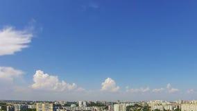 Wolken in de Blauwe Hemel over Stad Geschoten op Canon 5D Mark II met Eerste l-Lenzen stock footage