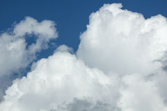 Wolken in de blauwe hemel vóór regen Royalty-vrije Stock Foto's