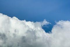 Wolken in de blauwe hemel vóór regen Stock Foto's