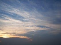 Wolken in de blauwe hemelzonsondergang, Thailand Stock Foto