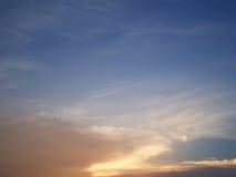 Wolken in de blauwe hemelzonsondergang, Thailand Stock Foto's
