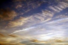 Wolken in de Hemel bij Schemer Stock Foto's