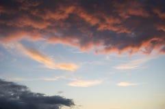 Wolken in de hemel bij zonsondergang Royalty-vrije Stock Fotografie