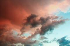 Wolken in de hemel door de het plaatsen zon wordt verlicht die stock fotografie