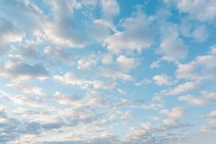 Wolken in de hemel Wolken in de hemel Ook is de blauwe hemel heel wat wolken Stock Fotografie