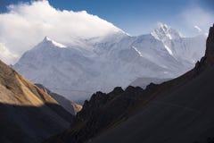 Wolken in de hemel tegen de achtergrond van de Himalayan-bergen, Nepal royalty-vrije stock foto