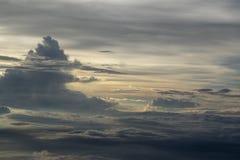 Wolken in de hemel van het vliegtuigvenster royalty-vrije stock afbeelding