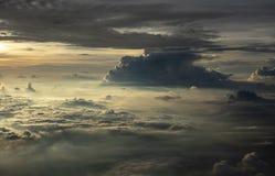 Wolken in de hemel van het vliegtuigvenster royalty-vrije stock fotografie