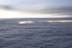Wolken in de hemel van het vliegtuigvenster stock foto's