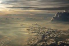 Wolken in de hemel van het vliegtuigvenster stock afbeelding
