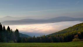 Wolken in de vallei stock fotografie