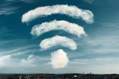 Wolken in de vorm van een WiFi-symbool op een hemelachtergrond Dromend van beter WiFi, of het uitstekende concept van de signaald stock illustratie