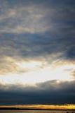 Wolken in de zonsondergang stock foto's