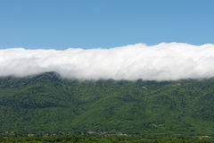 Wolken in den Bergen Lizenzfreies Stockfoto