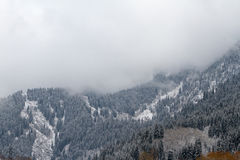 Wolken in den Bergen Stockfoto