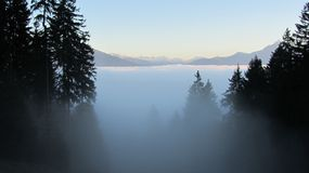 Wolken in den Bergen alpen Stockfotografie