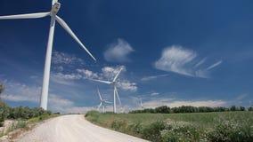 Wolken in der blauer Himmel-und Wind-Energie stock footage