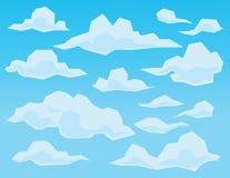 Wolken in der geometrischen Ebene facettierten Art auf blauem Hintergrund Lizenzfreie Stockbilder