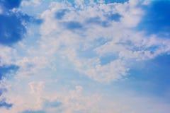 Wolken des blauen Himmels Lizenzfreie Stockfotos